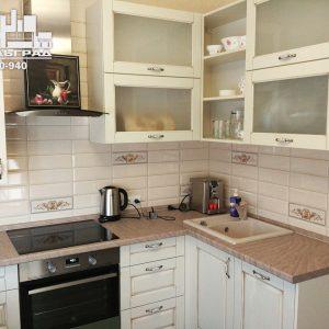 Стильная современная кухня с белыми фасадами