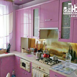 Оригинальная кухня с сиреневыми глянцевыми фасадами