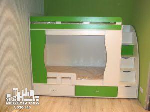 Мебель для детской комнаты: двух-ярусная кровать и шкаф. салатовая с белым