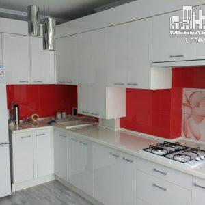 Стильная современная кухня с белыми глянцевыми фасадами