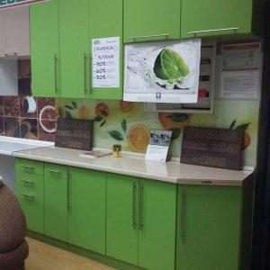 Яркая стильная зеленая кухня