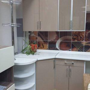 Стильная современная кухня с кофейными фасадами