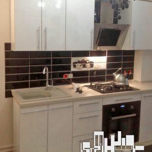 Стильная светлая кухня с глянцевыми фасадами