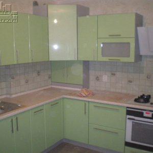 Кухня светлая фисташковая с глянцевыми фасадами