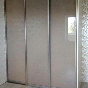 Трех секционный шкаф-купе со стеклянными дверьми