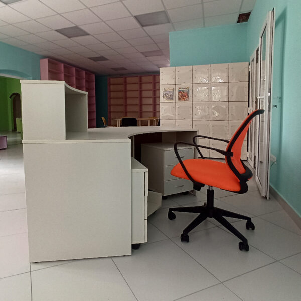 Цветная стойка администратора в Калининграде ресепшн Калининград
