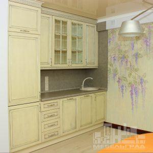 Стильная светлая кухня с фасадами из натурального дерева