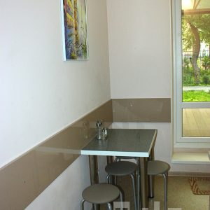 Светлый кухонный гарнитур изготовленный для маленькой кухни в г.Зеленоградске