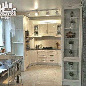 кухня светлая белая классическая