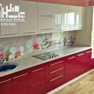 Современная кухня с белыми и бордовыми глянцевыми фасадами