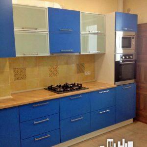 Яркая синяя кухня