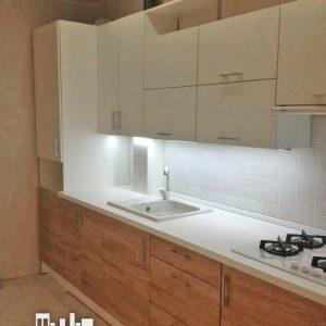 Светлая кухня с комбинированными фасадами