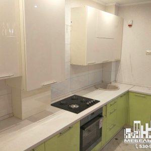 Кухня стильная светлая современная белая и фисташковая с глянцевыми фасадами