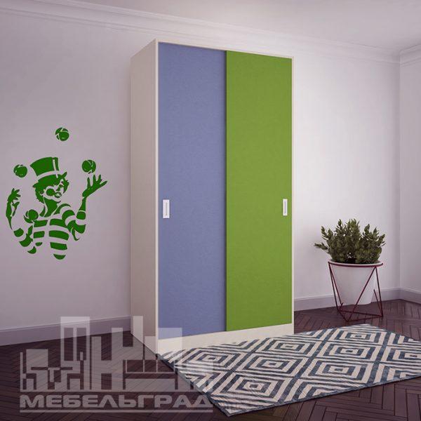 Яркий шкаф с раздвижными дверьми для детской комнаты.